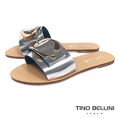 Tino Bellini 摩登C字皮帶釦平底涼拖鞋 _ 銀