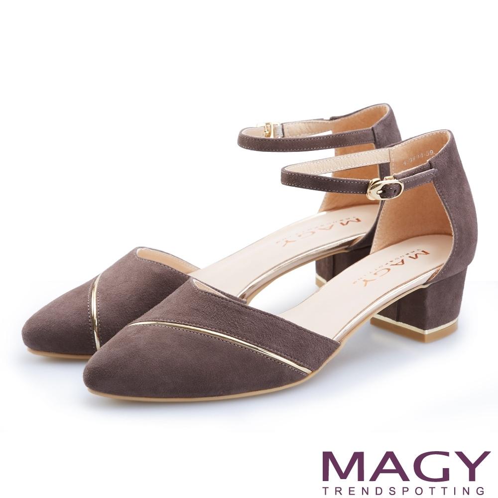 MAGY 氣質名媛 金屬飾條繫踝釦帶羊絨粗跟鞋-可可