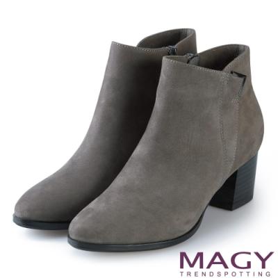 MAGY 紐約時尚步調 金屬V型扣環牛皮粗跟短靴-灰色