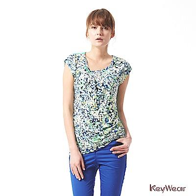KeyWear奇威名品    休閒風水彩印花獨特剪裁亮片綴飾上衣-藍綠色