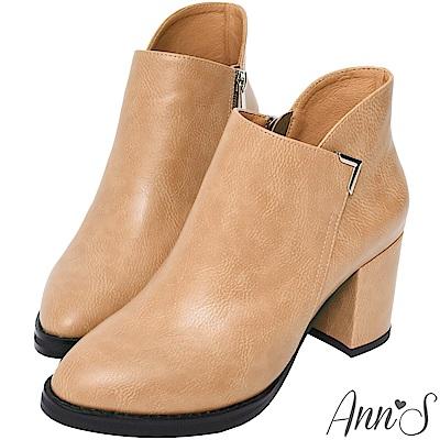 Ann'S乾淨俐落-美型金屬V扣前低顯瘦粗跟短靴 -杏