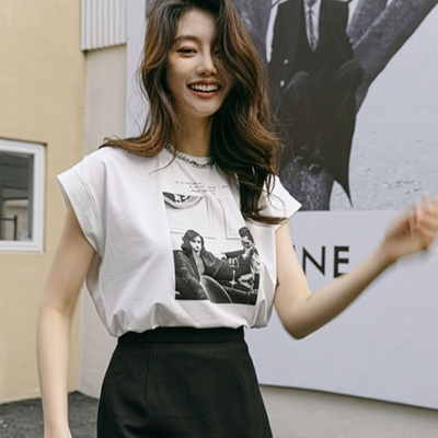 La Belleza圓領袖反折美式人像圖案印花修身T恤