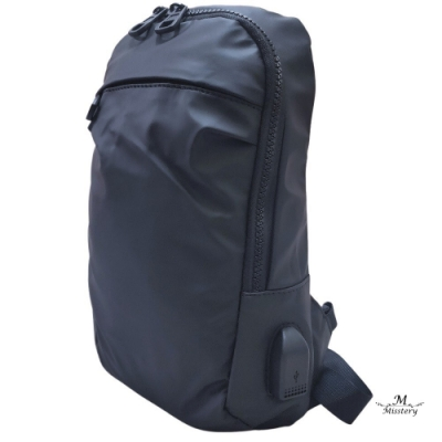 【Misstery】熱壓PU面料防水休閒側背包斜背包-黑