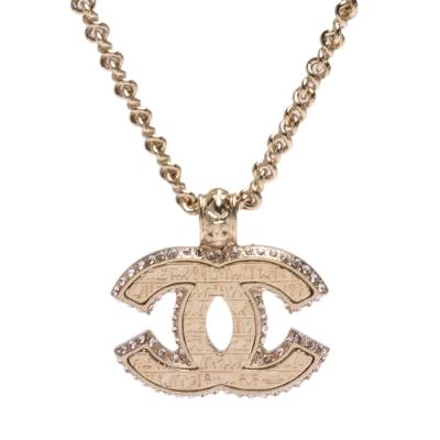 CHANEL 經典大雙C LOGO水鑽鑲嵌邊飾刻紋造型項鍊(金)