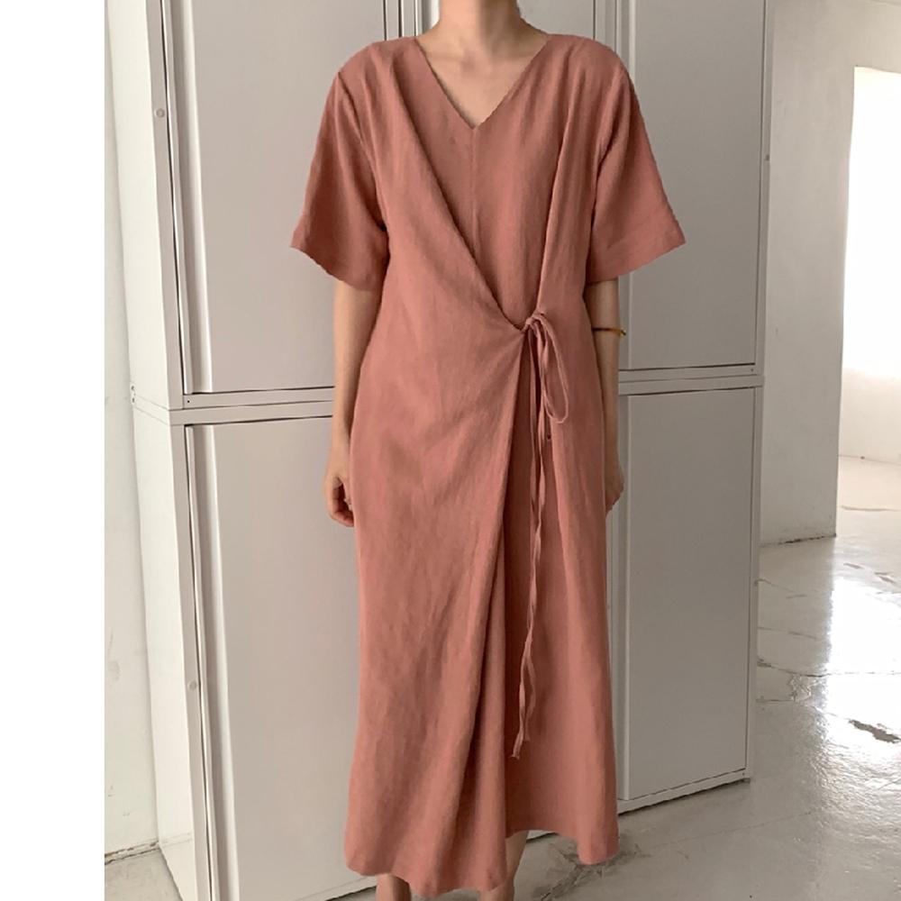 暢貨出清MOCO復古V領百搭寬鬆側繫帶前後兩穿慵懶風長版棉麻洋裝