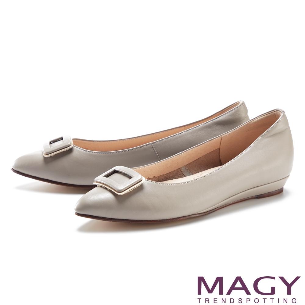 MAGY 金屬方釦裝飾真皮尖頭 女 平底鞋 灰色