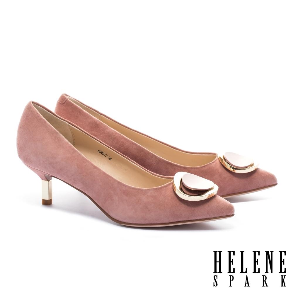 高跟鞋 HELENE SPARK 金屬風質感烤漆圓釦羊麂皮尖頭高跟鞋-粉