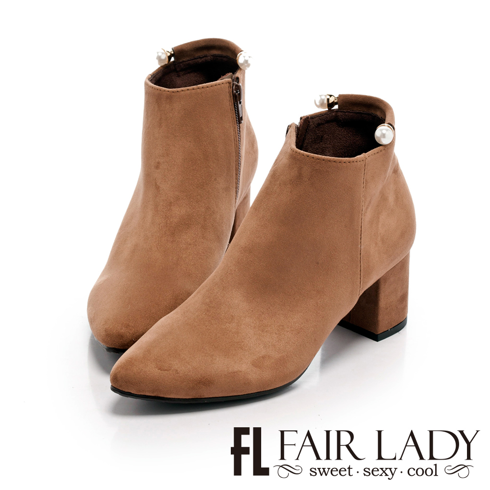 【FAIR LADY】微奢華尖頭絨布珍珠裝飾粗跟靴 拿鐵
