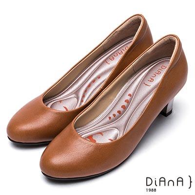 DIANA 漫步雲端輕盈美人—素雅質感烤漆跟水染真皮鞋-焦糖棕