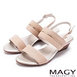 MAGY 時尚穿搭必備款 金屬飾條真皮楔型涼鞋-粉裸