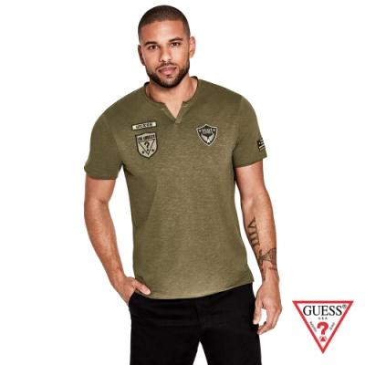 GUESS-男裝-V領徽章LOGO短T,T恤-綠