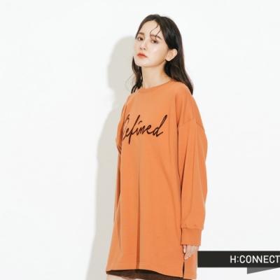 H:CONNECT 韓國品牌 女裝-立體繡字落肩休閒上衣-橘