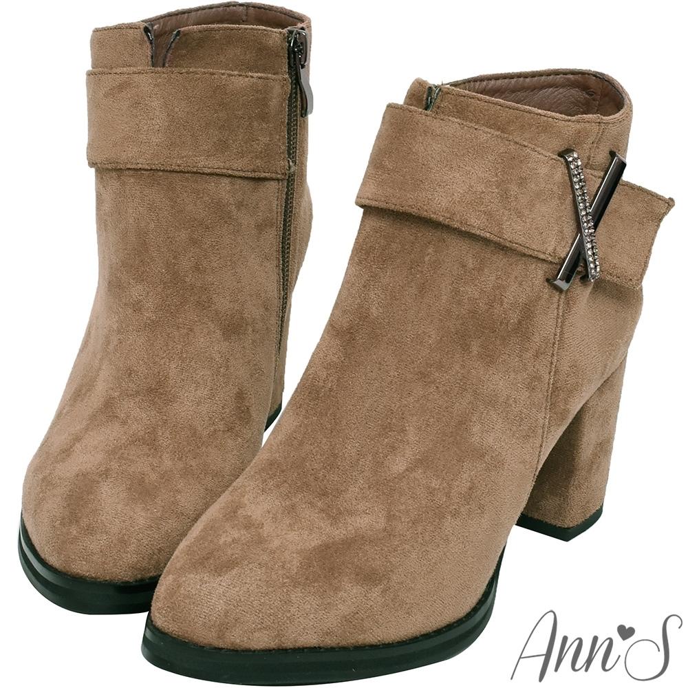 Ann'S時裝搭配-防水絨布造型X鑽扣尖頭粗跟短靴-可可