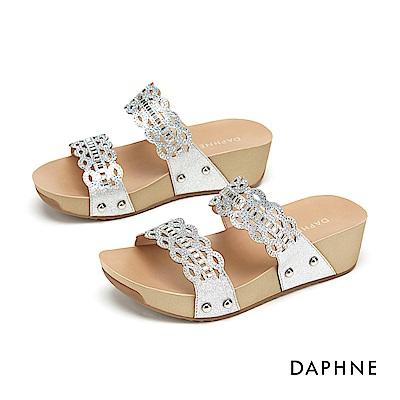 達芙妮DAPHNE 涼鞋-璀璨水鑽鏤空雕花楔型拖鞋-銀色