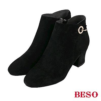 BESO 摩登美感 立體裁片粗跟短靴~絨面黑
