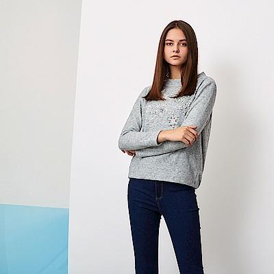 ICHE 衣哲 微立領3D立體刺繡雪花鑲飾長袖造型上衣-銀灰