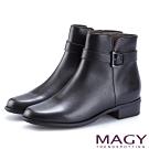 MAGY 紐約時尚步調 皮帶釦環牛皮粗跟短靴-黑色