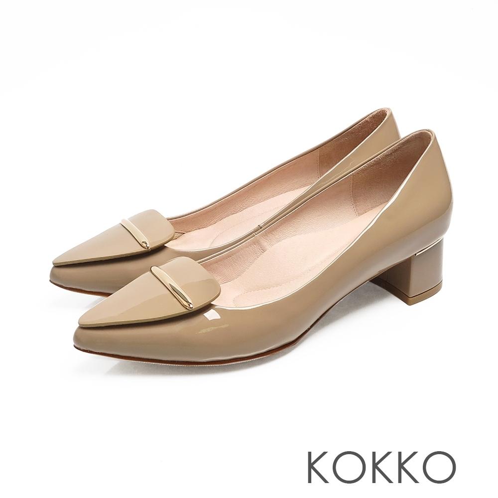 KOKKO芙蘿拉擁抱漆皮彎折尖頭跟鞋裸卡其