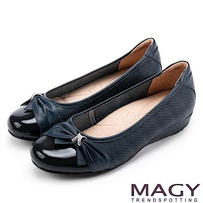 MAGY 氣質甜美女孩 牛皮抓皺蝴蝶結鑽飾平底娃娃鞋-藍色