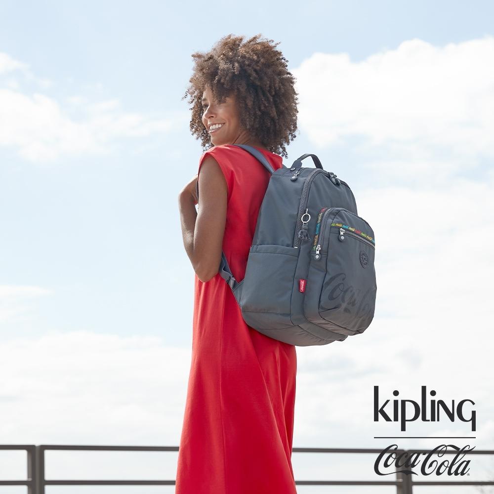 Kipling | Coca-Cola 聯名款創意LOGO印花機能手提後背包-SEOUL