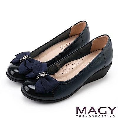 MAGY 甜美混搭新風貌 蝴蝶結戒指釦環造型真皮楔型鞋-藍色
