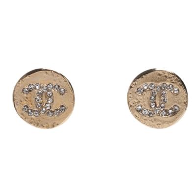 CHANEL 經典雙C LOGO水鑽鑲嵌不規則圓型穿式耳環(淡金)