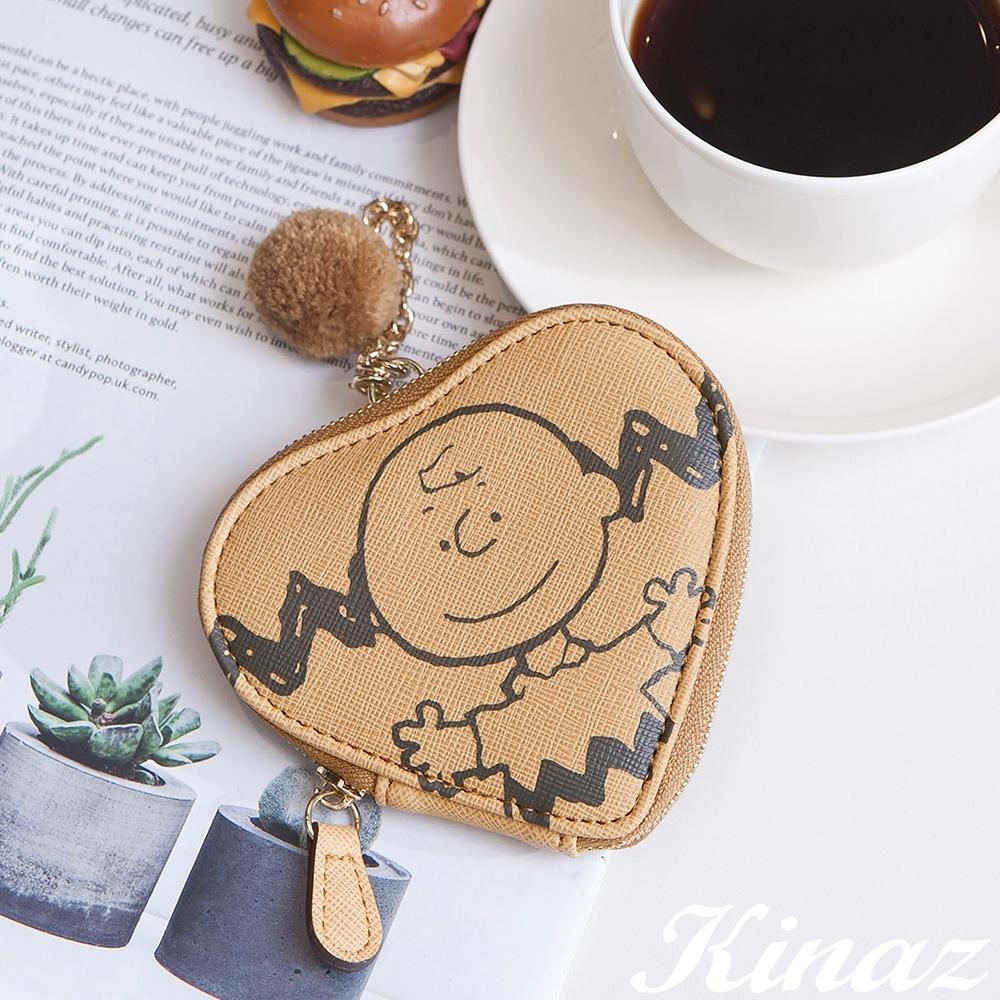 KINAZ 查理布朗聯名款 愛心形狀鏈帶毛球零錢萬用包-微笑奶蜜黃-心動系列