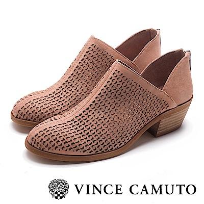 VINCE CAMUTO 側V字簍空麂皮中跟踝靴-絨粉