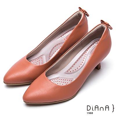 DIANA 漫步雲端 輕盈美人—知性壓紋蝴蝶結真皮跟鞋-磚紅