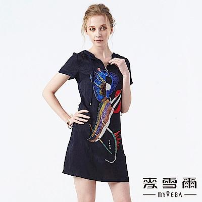 【麥雪爾】抽象印花水鑽連帽短洋裝