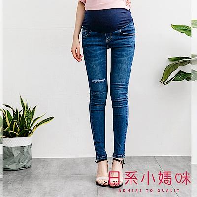 日系小媽咪孕婦裝-孕婦褲~後口袋皮標刷破微彈窄管牛仔褲 S-XXL