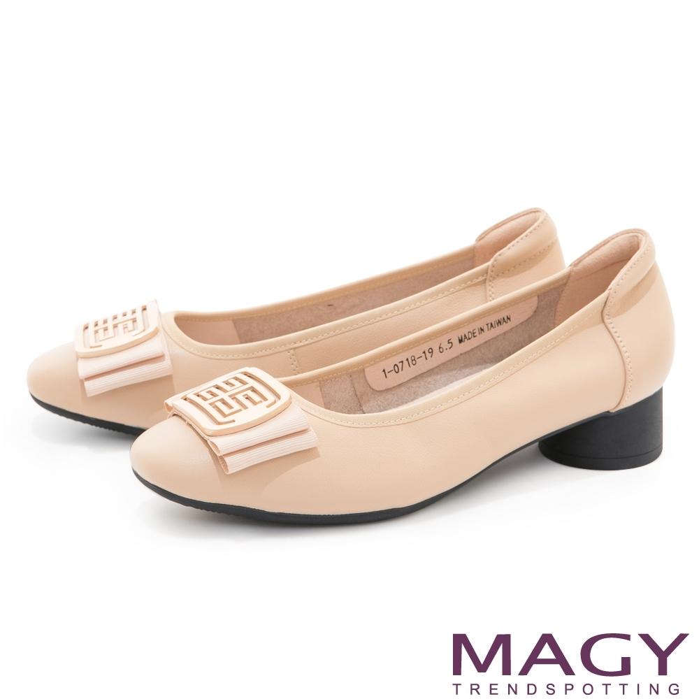 MAGY 烤漆造型釦真皮圓跟 女 低跟鞋 杏色