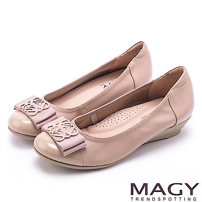 MAGY 甜美混搭新風貌 蝴蝶結雕花五金真皮楔型鞋-粉色