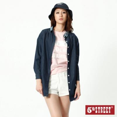 5th STREET 領印字中長版 牛仔襯衫-女-原藍色