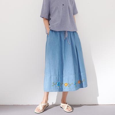 慢 生活 小花刺繡鬆緊腰牛仔長裙- 淺藍