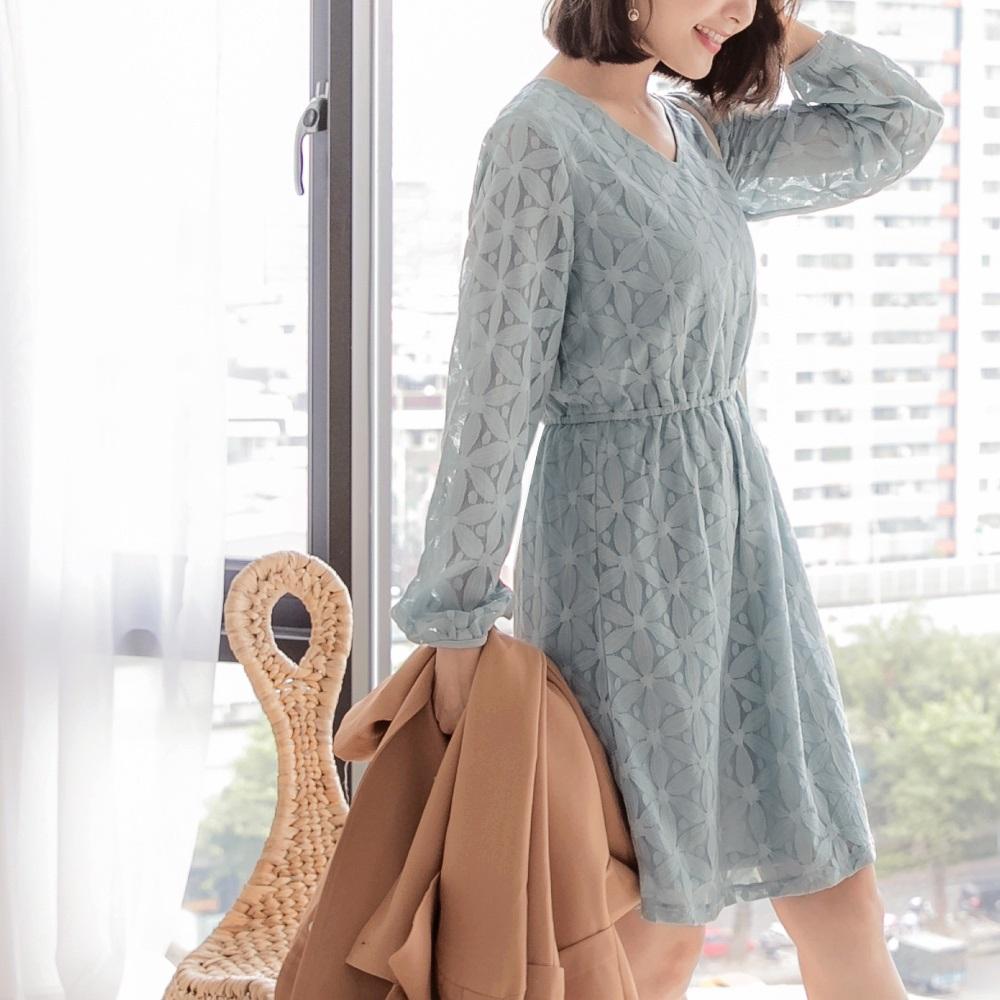 iMODA STAR-臧芮軒。純色鏤空蕾絲縮腰洋裝