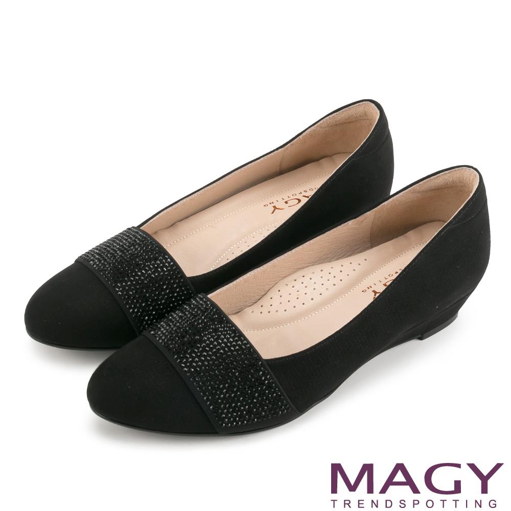 MAGY 復古上城女孩 質感布料鬆緊帶楔型低跟鞋-黑色