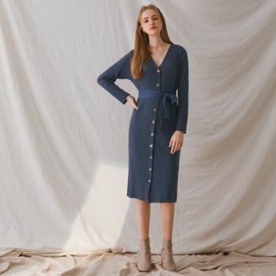 AIR SPACE LADY V領修身排釦針織長袖洋裝(附腰帶)(深藍)