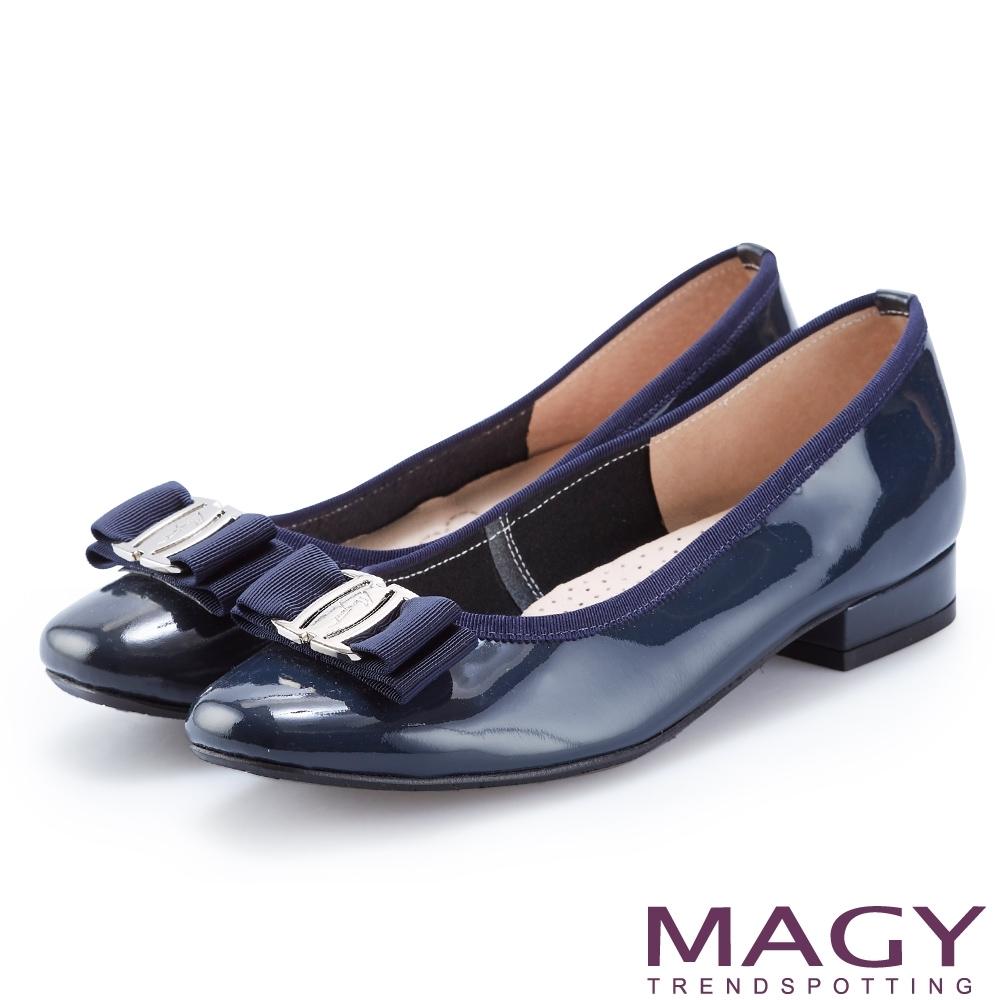 MAGY 品牌經典熱賣款 LOGO飾釦蝴蝶結牛皮低跟鞋-藍色