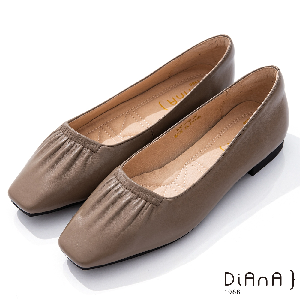 DIANA 1.7cm柔軟羊皮抓皺鞋口方頭低跟鞋–都會時尚-拿鐵