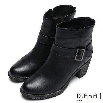 DIANA 率性風貌–仿繞帶金屬釦飾後拉鍊高跟短靴-黑
