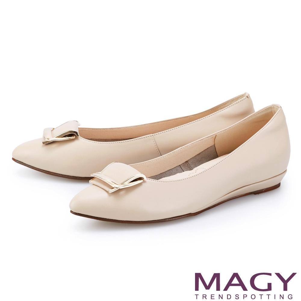 MAGY 金屬框飾釦真皮尖頭 女 平底鞋 裸色