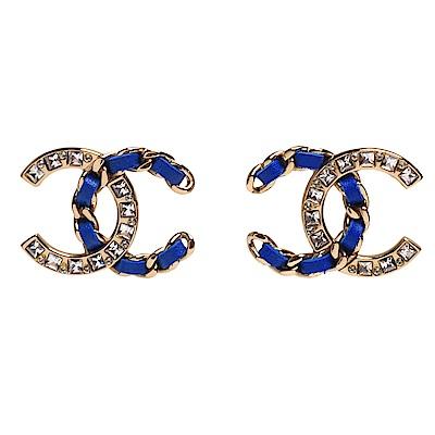 CHANEL 經典雙C LOGO皮革穿繞簍空鎖鍊水鑽鑲嵌穿式耳環(金X皇家藍)