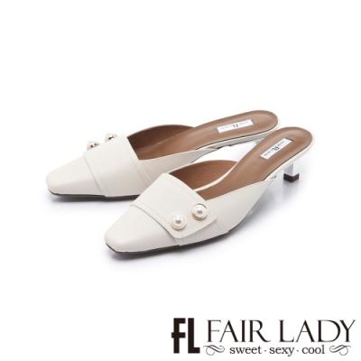 FAIR LADY 優雅小姐經典方頭珍珠飾釦貓跟穆勒鞋 月光白