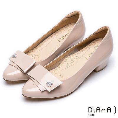 DIANA個性有型—對折飾釦漆皮尖頭水鑽低跟鞋–卡其