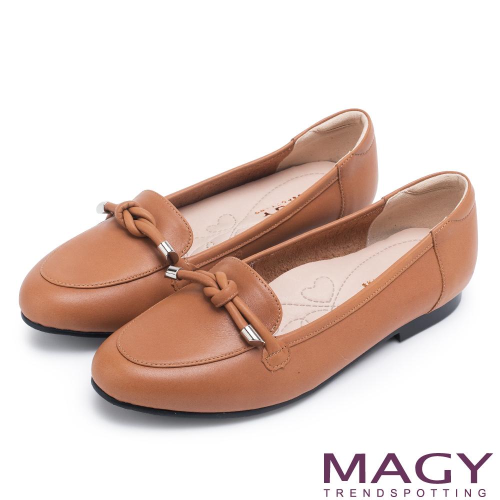 MAGY 經典英倫 簡約平結真皮平底鞋-棕色