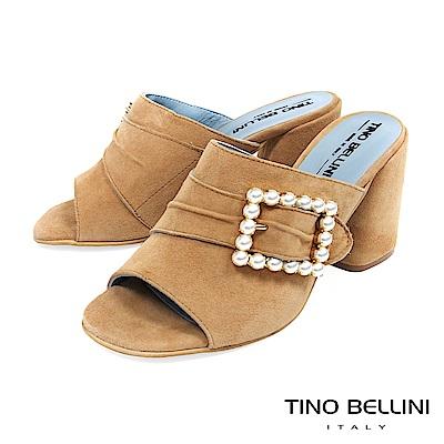 Tino Bellini 義大利進口微抓皺珍珠飾釦高跟魚口涼鞋 _ 淺駝