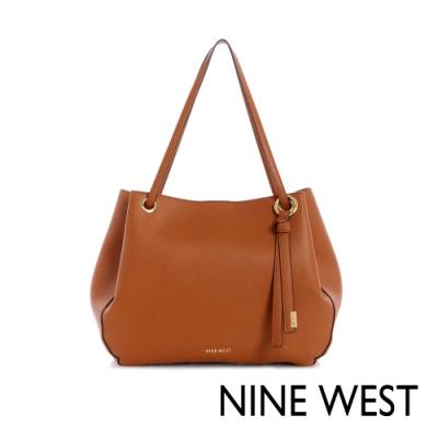 福利品 NINE WEST BELLPORT大容量扭結吊飾肩背包-焦糖棕(111423)