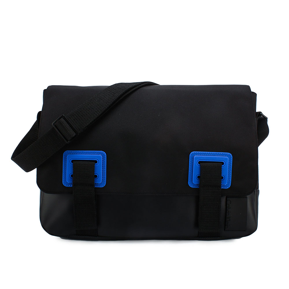 Calvin Klein 經典荔枝紋拼接皮革翻蓋斜背包-黑色