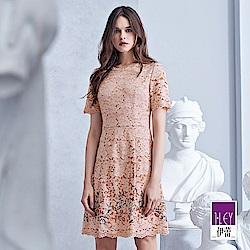 ILEY伊蕾 雙色花朵刺繡公主線條蕾絲洋裝(粉)